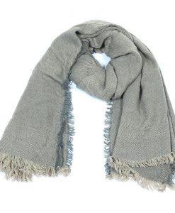 Effen-omslagdoek-grijs-heerlijk-warm-kopen-bij-Sjaalskopen.nl-grote-omslagdoek-gevouwen