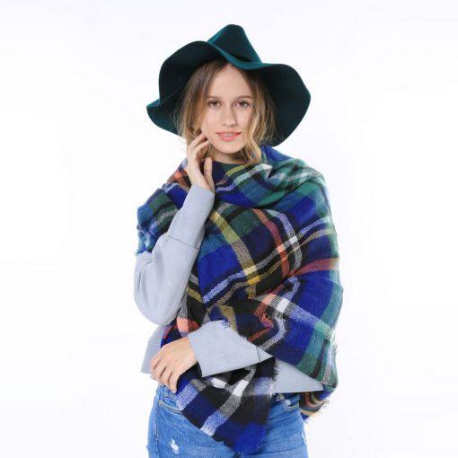 Geruite-Omslagdoek-Blauw-kopen-bij-Sjaalskopen.nl-wollen-omslagdoek-checkered-ruitjes-sjaals-vooraanzicht-achterstevoren