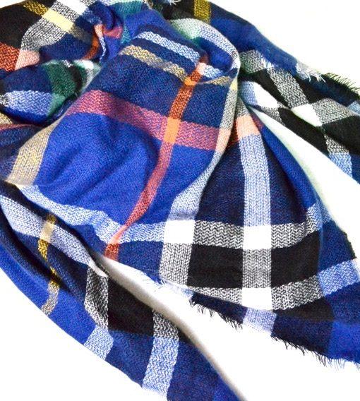 Geruite-Omslagdoek-Blauw-kopen-bij-Sjaalskopen.nl-wollen-omslagdoek-checkered-ruitjes-sjaals-vooraanzicht-detailfoto