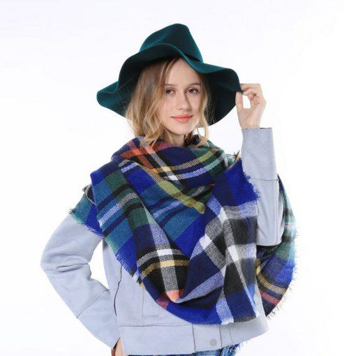 Geruite-Omslagdoek-Blauw-kopen-bij-Sjaalskopen.nl-wollen-omslagdoek-checkered-ruitjes-sjaals-vooraanzicht-omgeslagen