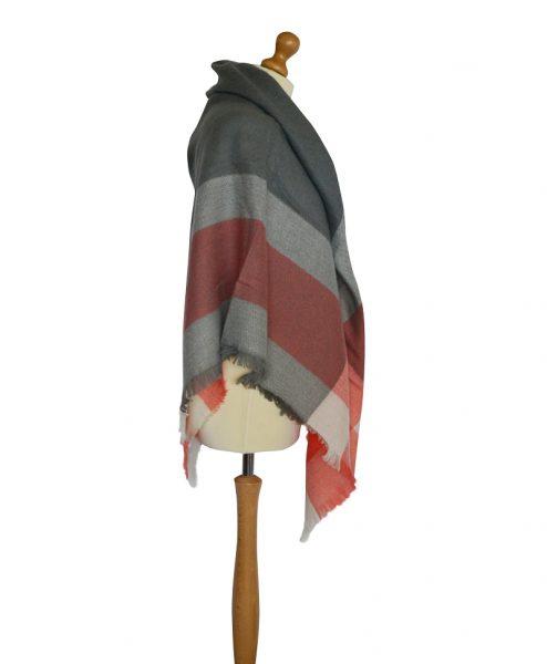 Geruite-Omslagdoek-Grijs-kopen-bij-Sjaalskopen.nl-zachte-omslagdoek-kasjmir-en-acryl-vierkante-omslagdoek-150-cm-bij-150-cm-rechteraanzicht