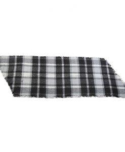 Geruite-sjaal-zwart-wit-gemaakt-van-acryl-kopen-bij-Sjaalskopen.nl-liggend