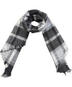 Geruite-sjaal-zwart-wit-gemaakt-van-acryl-kopen-bij-Sjaalskopen.nl-omgeslagen