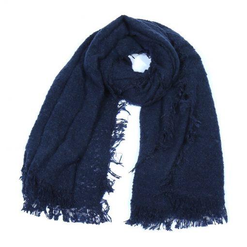 Grove-blauwe-sjaal-lentesjaal-zomersjaal-kopen-bij-Sjaalskopen.nl-gedragen
