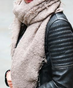 Grove-sjaal-bruin-grof-geweven-zachte-sjaal-draagtip
