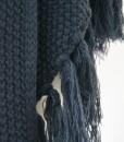 Prachtige-Grote-Gebreide-Omslagdoek-Blauw-kopen-bij-Sjaalskopen.nl-grof-gebreid-trendy-frinches-gemeleerd-wollen-omslagdoek-detailfoto-fringes