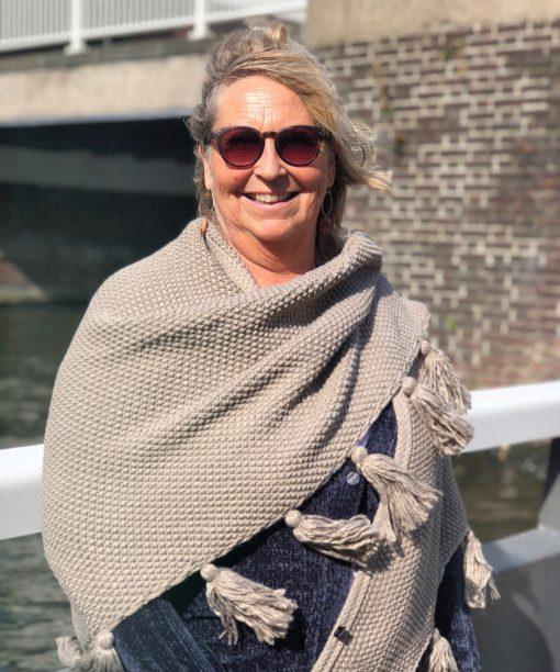 Sjaalskopen.nl-gebreide-omslagdoek-beige-kopen-grote-gebreide-beige-sjaal-vooraanzicht