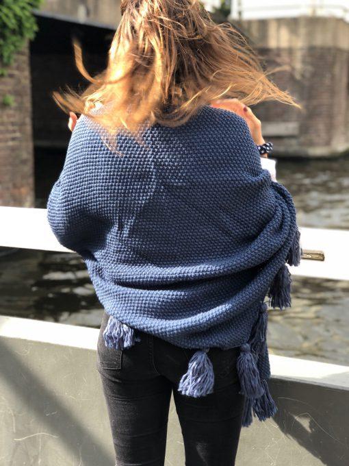 Sjaalskopen.nl-gebreide-omslagdoek-blauw-kopen-grote-gebreide-blauwe-sjaal