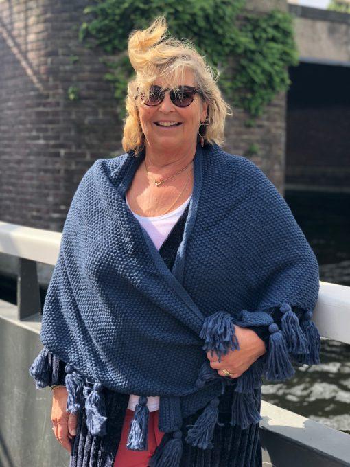 Sjaalskopen.nl-gebreide-omslagdoek-blauw-kopen-grote-gebreide-blauwe-sjaal-vooraanzicht