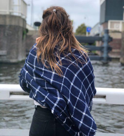 Sjaalskopen.nl-geruite-omslagdoek-blauw-wit-kopen-grote-geruite-blauw-witte-vooraanzicht