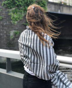 Sjaalskopen.nl-gestreepte-omslagdoek-zwart-wit-kopen-grote-gestreepte-zwart-witte-sjaal-achteraanzicht