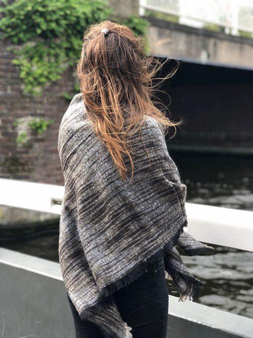 Sjaalskopen.nl-omslagdoek-bruin-gemeleerd-kopen-grote-bruine-gemeleerde-sjaal-zij-aanzicht
