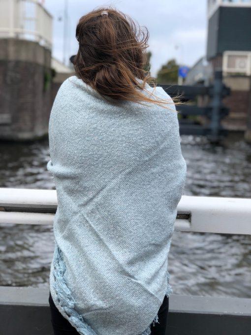 Sjaalskopen.nl-omslagdoek-gemeleeerd-lichtblauw-kopen-grote-gmeleerde-blauwe-sjaal