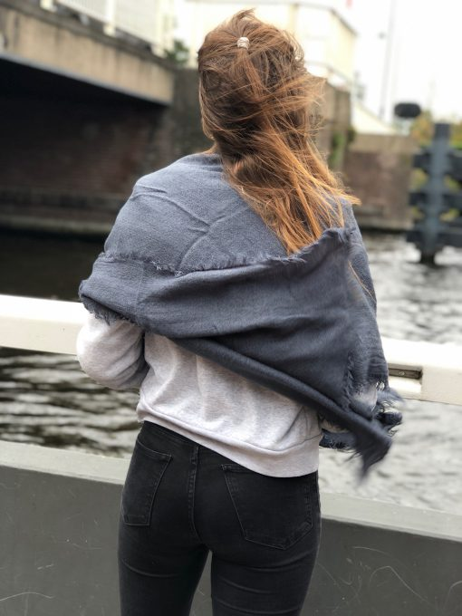 Sjaalskopen.nl-omslagdoek-grijs-kopen-grote-grijze-sjaal