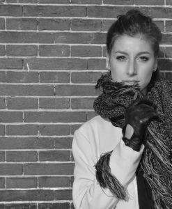 Urban-shoot-sjaalskopen.nl-pastel-omslagdoek-zwart-gemeleerd-model-yvette-1