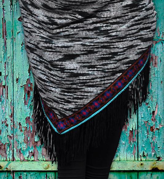 Boho-omslagdoek-zwart-wit-fringes-ibiza-style-achterkant-sfeerfoto-sjaalskopen.nl